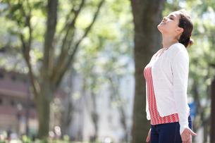 深呼吸する外国人女性の横顔の写真素材 [FYI02689062]