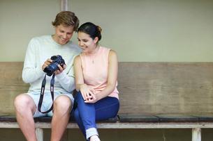 カメラを見る外国人カップルの写真素材 [FYI02689086]