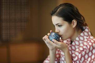 お茶を飲む外国人女性の横顔の写真素材 [FYI02689088]