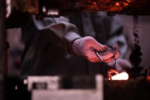 工場で働く30代男性の写真素材 [FYI02689089]