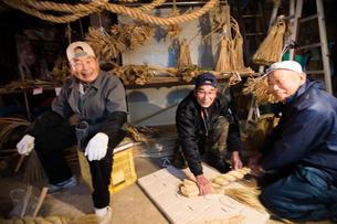 冬の農閑期にしめ縄作りする70~80代男性の写真素材 [FYI02689139]