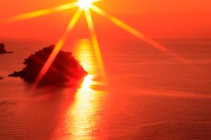 播磨灘 津田の朝日 猿子島の写真素材 [FYI02689142]
