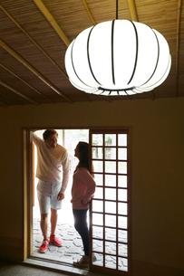 日本家屋の入り口に立つ外国人カップルの写真素材 [FYI02689154]