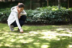 外国人女性と木漏れ日の庭の写真素材 [FYI02689163]