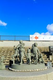 靴が鳴るの石碑と子供の像の写真素材 [FYI02689233]