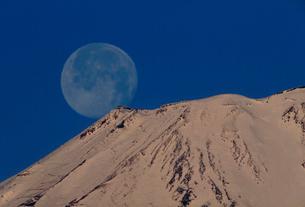 長尾峠ふきんより月と富士山の写真素材 [FYI02689297]