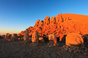 朝焼けのネムルトダーゥの遺跡 東側祭壇の写真素材 [FYI02689412]