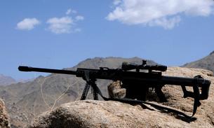 A Barrett .50-caliber M107 Sniper Rifle sits atop an observaの写真素材 [FYI02689510]