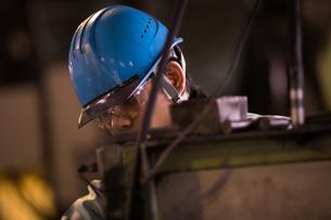 工場で働く30代男性の写真素材 [FYI02689538]