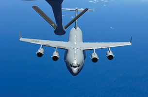 A C-17 Globemaster III approaches the boom of a KC-135 Stratの写真素材 [FYI02689551]