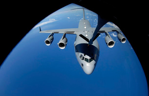 A C-17 Globemaster III receives fuel from a KC-135 Stratotanの写真素材 [FYI02689559]