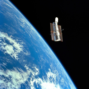 The Hubble Space Telescope with a blue earth in the backgrouの写真素材 [FYI02689561]
