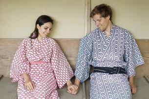 手をつなぐ浴衣姿の外国人カップルの写真素材 [FYI02689636]