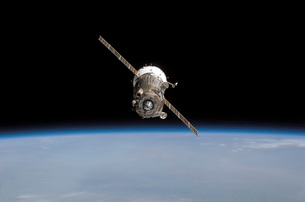 The Soyuz TMA-11 spacecraft above Earth's horizon.の写真素材 [FYI02689641]