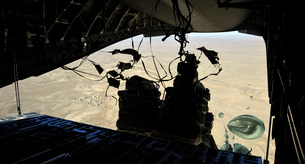 Container Delivery System bundles exit a C-17 Globemaster IIの写真素材 [FYI02689648]