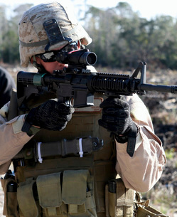 A soldier looks through the scope of a M-4 carbine.の写真素材 [FYI02689661]