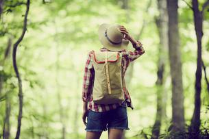 トレッキングをする女性の写真素材 [FYI02689697]