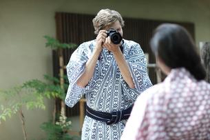 カメラで撮影する浴衣姿の外国人カップルの写真素材 [FYI02689716]