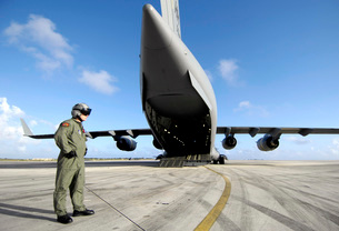 A soldier waits for his C-17 Globemaster III to launch.の写真素材 [FYI02689720]