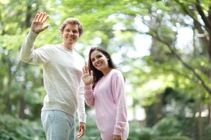 手を振る外国人カップルの写真素材 [FYI02689763]