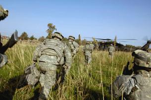 U.S. Army Soldiers prepare to board a UH-60 Black Hawk helicの写真素材 [FYI02689815]