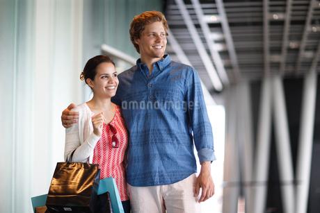 ショッピングバッグを持つ外国人カップルの写真素材 [FYI02689877]