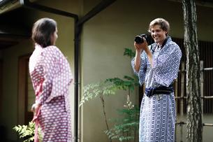 カメラで撮影する浴衣姿の外国人カップルの写真素材 [FYI02689888]