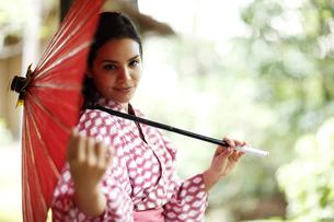 和傘をさす外国人女性の写真素材 [FYI02689894]