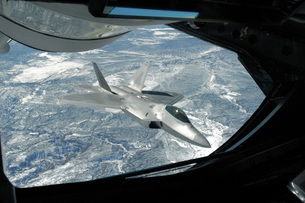 An F-22 Raptor banks away from a KC-135 Statotanker during aの写真素材 [FYI02689907]
