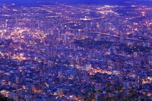 札幌,もいわ山山頂展望台から望む市街夜景の写真素材 [FYI02689931]