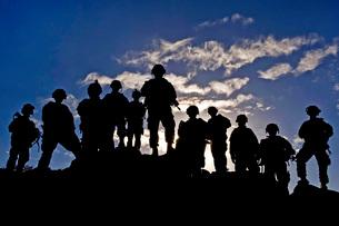 Soldiers watch troop movements at Fort Irwin, California.の写真素材 [FYI02690124]