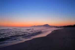 弓ヶ浜海岸のけあらしと朝焼けする大山の写真素材 [FYI02690166]