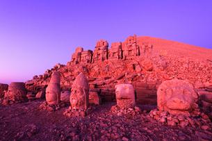 朝焼けのネムルトダーゥの遺跡 東側祭壇の写真素材 [FYI02690183]