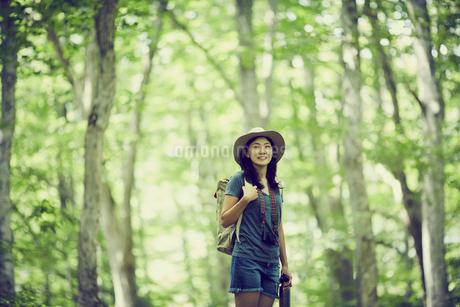 トレッキングをする女性の写真素材 [FYI02690203]