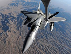 A U.S. Air Force F-15 Eagle flies toward the boom of a KC-13の写真素材 [FYI02690220]