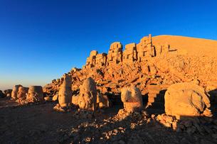 朝焼けのネムルトダーゥの遺跡 東側祭壇の写真素材 [FYI02690282]