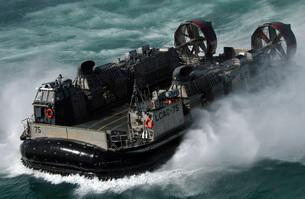 A U.S. Navy Landing Craft Air Cushion heading to the Kuwaitの写真素材 [FYI02690360]
