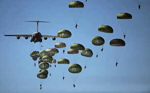 U.S. Army paratroopers jumping out of a C-17 Globemaster IIIの写真素材 [FYI02690374]