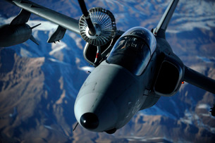 An Italian AMX is refueled by a KC-10A Extender over Afghaniの写真素材 [FYI02690380]