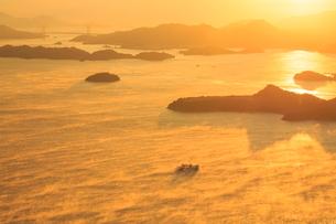 筆影山から望む三原瀬戸の海霧の写真素材 [FYI02690680]