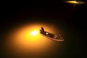 吉野川 集魚灯による夜のシラスウナギ漁 の写真素材 [FYI02690718]