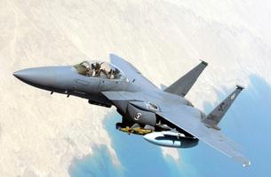 A U.S. Air Force F-15E Strike Eagle aircraft flies over Iraqの写真素材 [FYI02690721]