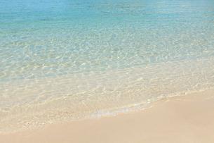 白い砂浜とさざ波の写真素材 [FYI02690769]