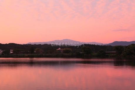 木場潟より白山連峰と朝焼け雲の写真素材 [FYI02690779]