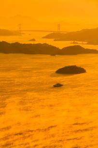 海霧湧く三原瀬戸を行くフェリーの写真素材 [FYI02690788]