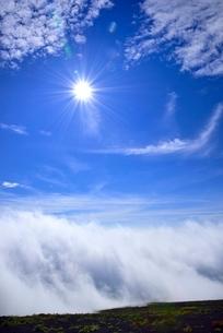 富士山稜線に雲海と太陽の写真素材 [FYI02690791]