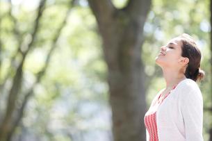 目を閉じる外国人女性の横顔の写真素材 [FYI02690859]