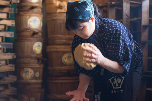 味噌を作る女性の写真素材 [FYI02690956]