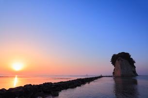 内浦海岸・見附島と海に朝日の写真素材 [FYI02690972]