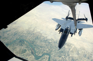 n F-15E Strike Eagle receives fuel from a KC-10 Extender.の写真素材 [FYI02691011]